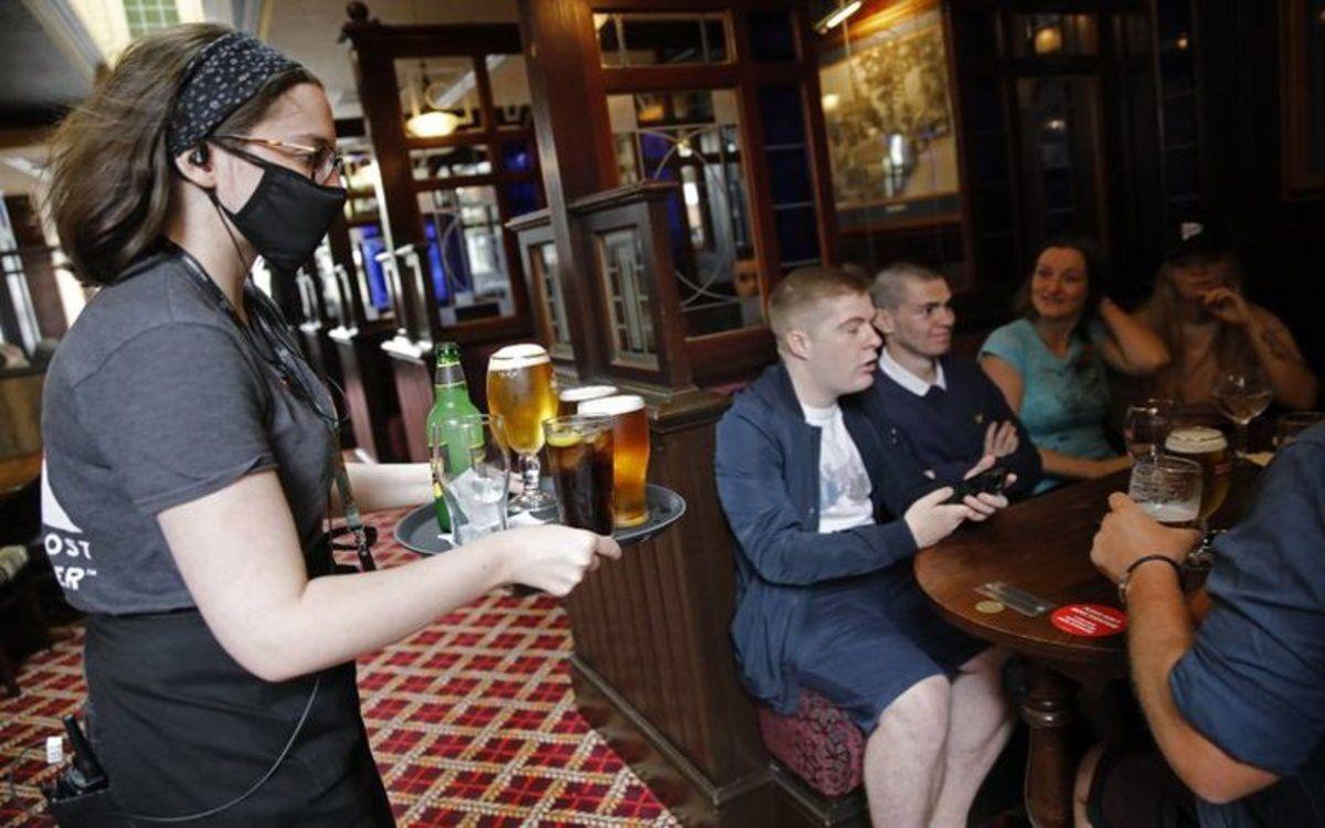 Advierten que en un bar cerrado pueden contagiarse de covid hasta 60 personas