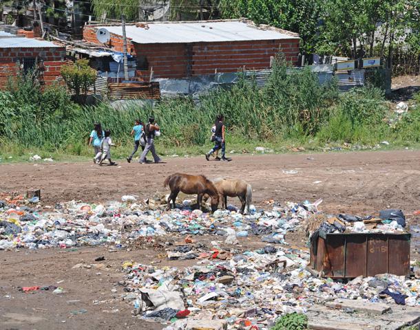 Advierten que la pobreza no es más alta en la región por los planes sociales