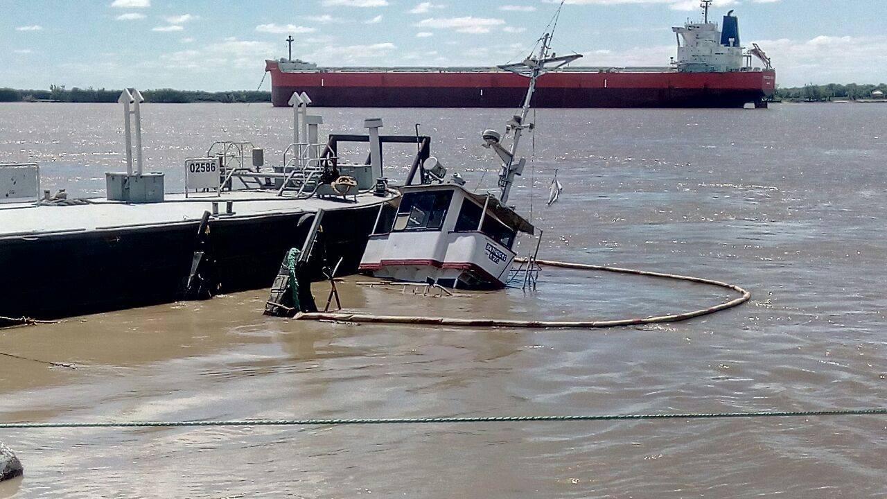 Alerta por un barco que se hundió y dejó una mancha de petróleo en el río Paraná