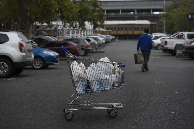 Analizan revisar la norma que restringió el reparto de bolsas plásticas en los súper