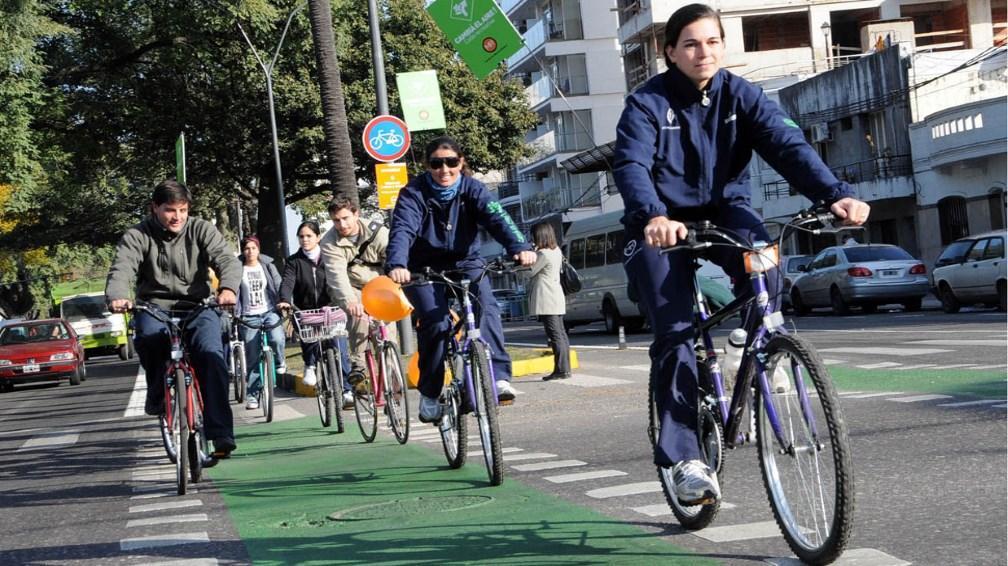 Aval de los ciclistas a la ciclovía de Oroño y el fin del párking en el boulevard