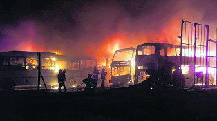 Bomberos no descartan que haya sido intencional el incendio en Monticas