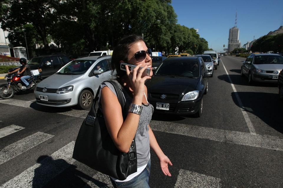 Colocaron el primer semáforo de piso para peatones distraídos