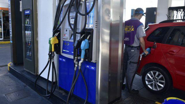 Confirman que la escalada del dólar impactará en el valor de la nafta