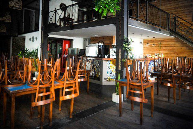 Decepción de gastronómicos por habilitación parcial de bares en Rosario