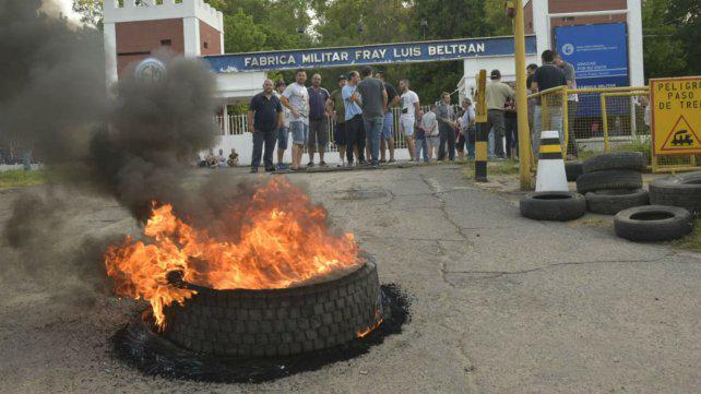Denuncian 26 despidos en la Fábrica Militar de Beltrán