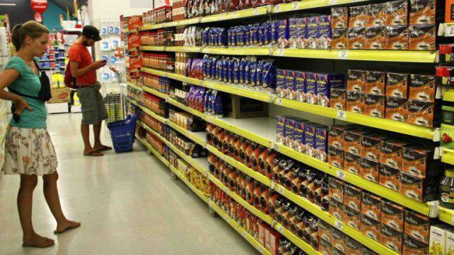 Destacan que se frenó la caída del consumo en los supermercados