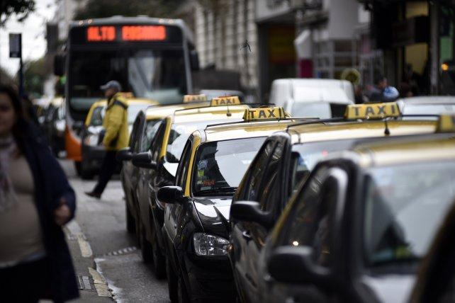 Dueños de taxis rechazan suba tarifaria y avisan que no podrán pagar $3.000 a peones
