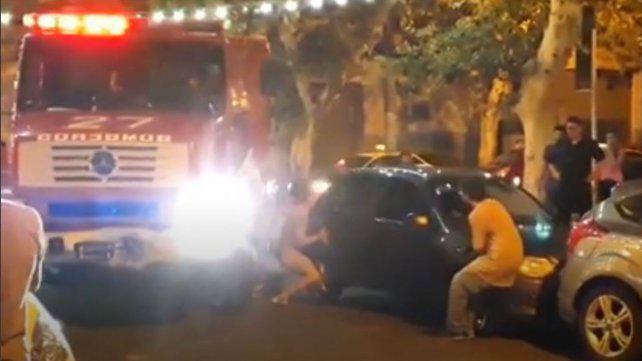 El doble estacionamiento en Pichincha complica el paso de Bomberos