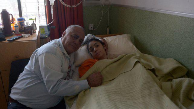 El padre de la chica postrada por una cirugía de mamas denunció mala praxis