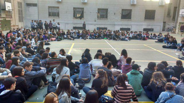 Estudiantes toman colegios y facultades de la UNR contra el ajuste