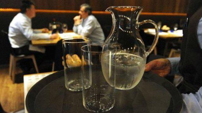 Gastronómicos aseguran que entregan jarra de agua gratis a sus clientes