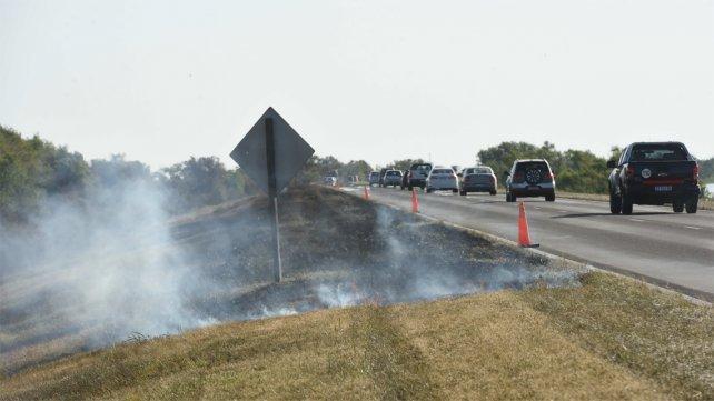 Humo irrespirable: Victoria dice que son rosarinos que acampan y hacen fuego
