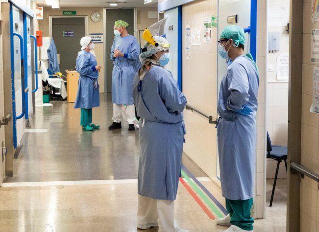 """Médicos advierten que el personal de salud sigue """"estresado y no se ha podido recuperar"""""""