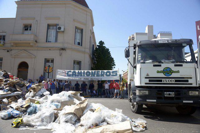 Multa de hasta $5 millones a empresas por arrojar basura en la vía pública