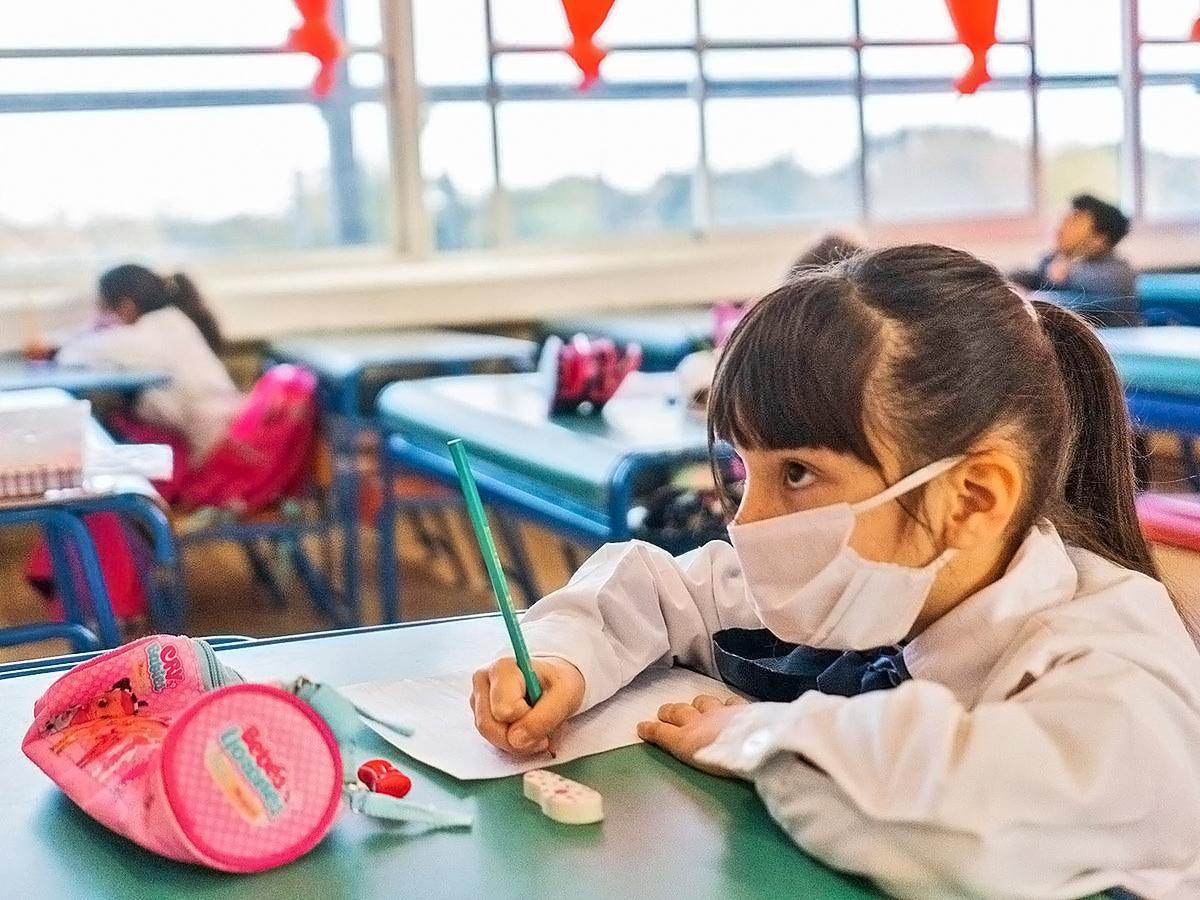 Pediatras avalan una gradual eliminación de las burbujas escolares