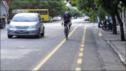 Piden separadores físicos entre bicisendas y autos tras la muerte de una ciclista