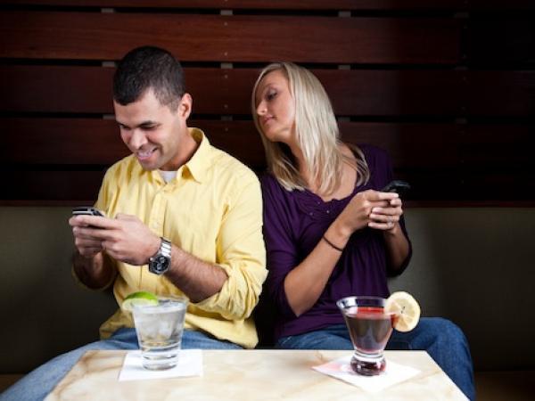 Polémica por un fallo judicial que avala revisar el celular de la pareja