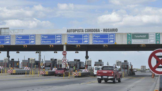 Por el mal estado de la autopista a Córdoba no pagaron el peaje y los dejaron pasar
