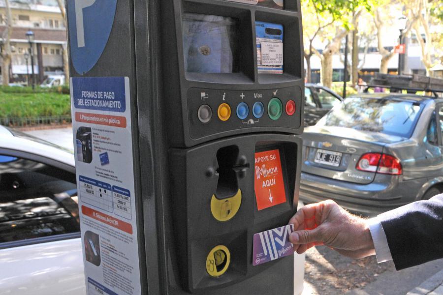 Rechazan eliminar el pago de estacionamiento medido con cospeles y monedas