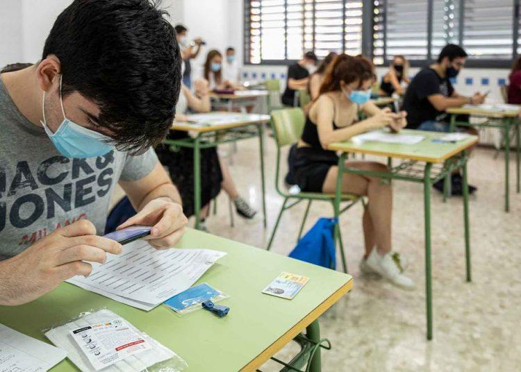 Si los casos de covid no bajan, la educación secundaria volvería a la virtualidad