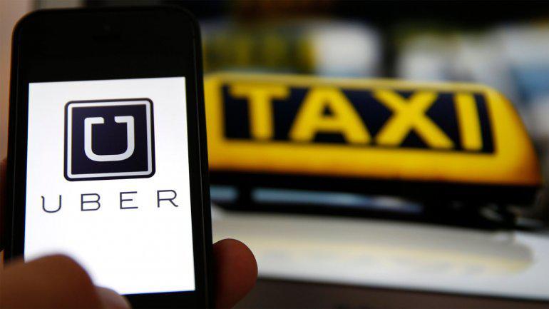 Taxistas en alerta contra Uber a quien acusan de ser una app de remis trucho