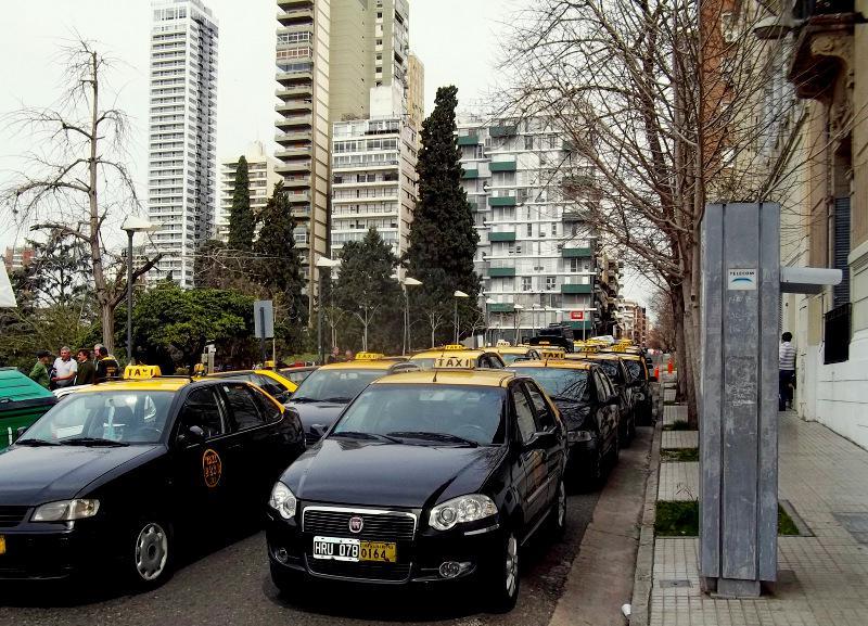 """Taxistas en crisis aseguran que por día sólo ganan """"$300 limpios"""""""