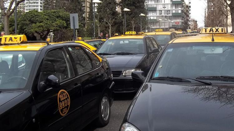 Taxistas reclaman 35% de aumento tarifario