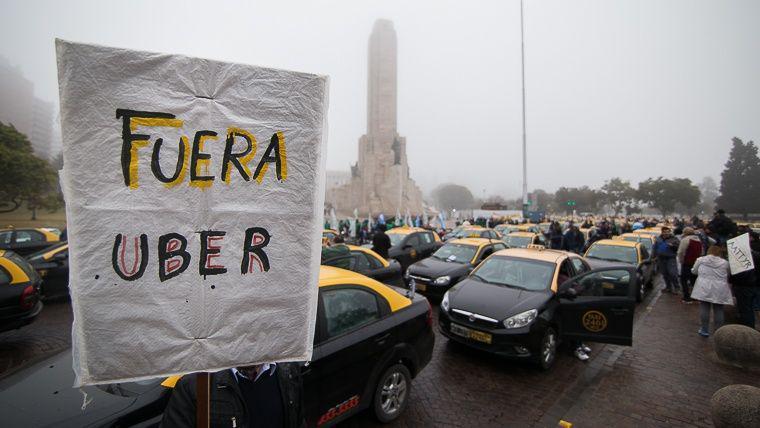 Taxistas resisten el arribo de Uber a la ciudad y alertan sobre su impacto