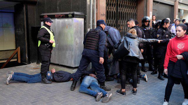 """Un testigo """"indignado"""" por la feroz golpiza a un ladrón de un celular"""