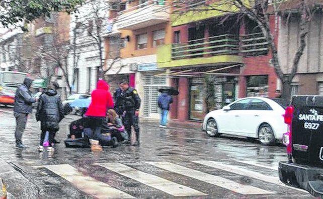 Una joven pelea por su vida tras ser arrollada por un micro